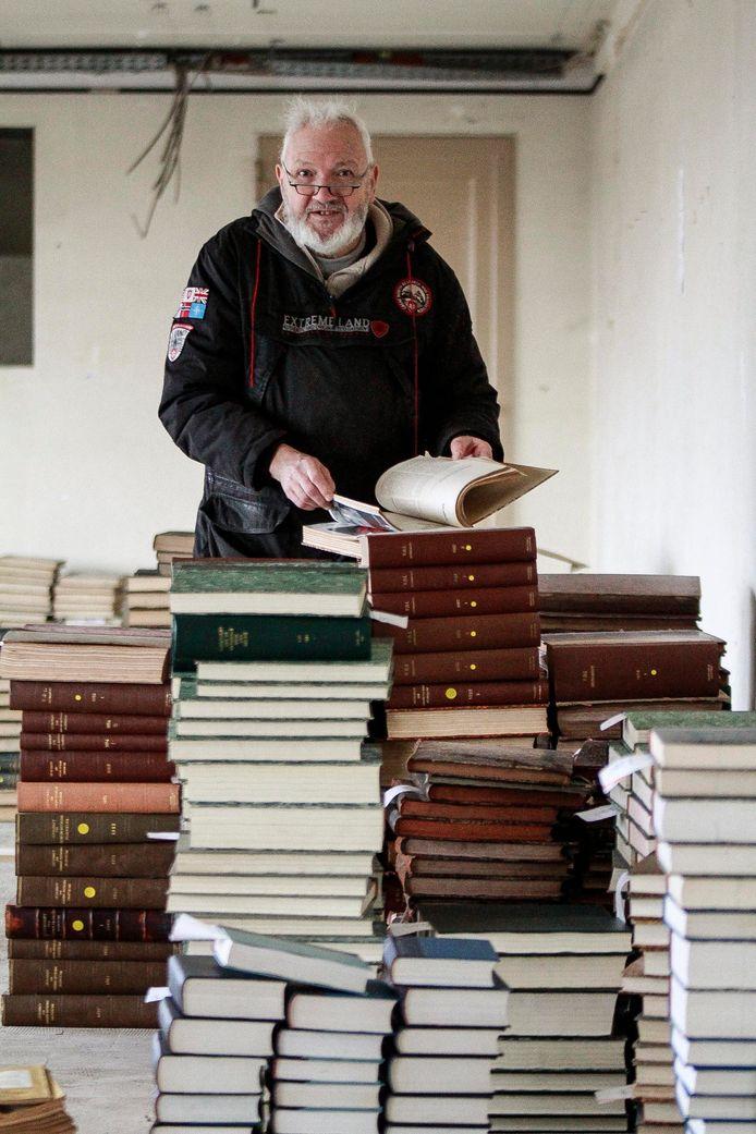 In de site Transfo in Zwevegem zijn enkele vrijwilligers van de Vlaamse Vereniging voor Industriële Archeologie zo'n 30 ton aan oude boeken, tijdschriften en andere publicaties aan het inventariseren. Adriaan Linters is een van hen.