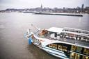 Het cruiseschip Edelweiss ligt de ochtend na de aanvaring nog onder de spoorbrug bij Nijmegen.