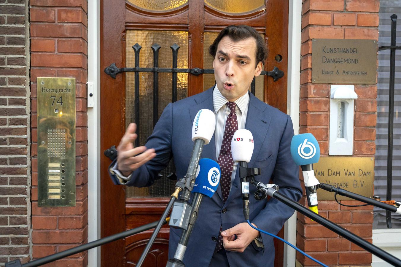 Thierry Baudet staat vrijdag voor het partijkantoor van Forum voor Democratie de pers te woord over de ontstane situatie.