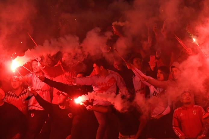 Fans van River Plate steken vuurwerk af in het stadion.