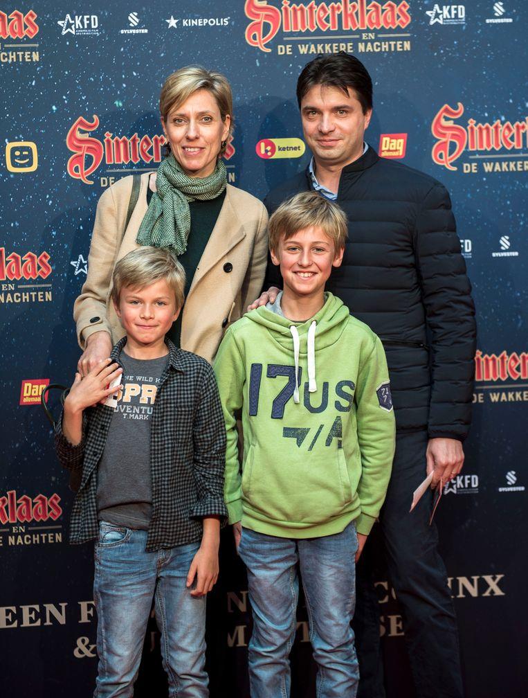 Journaalanker Annelies Van Herck met haar zoontje Elias en haar echtgenoot Michaël van Droogenbroeck hun zoontje Jakob.