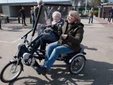 Moeite met fietsen, maar toch graag in beweging? In Schalkwijk staat nu een gratis duofiets