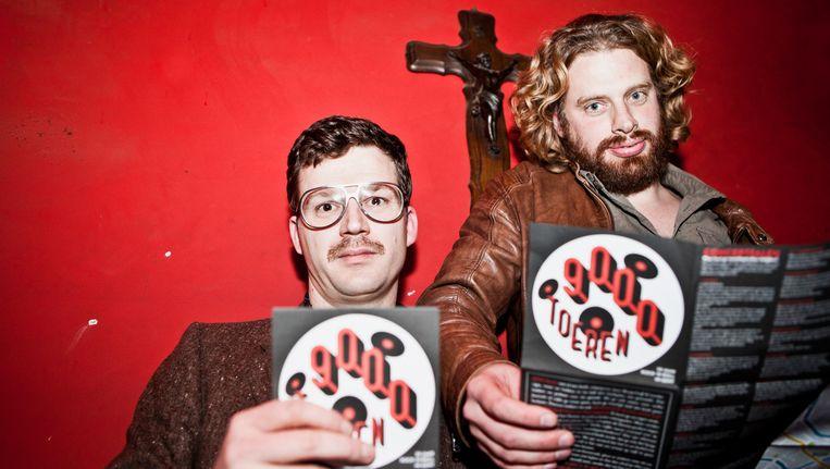 De Gentse nachtburgemeester Edmond Cocquyt (links) en journalist Tim F. Van der Mensbrugghe stellen in café Charlatan het '9000 toeren'-caféplan voor. Beeld Tom Verbruggen