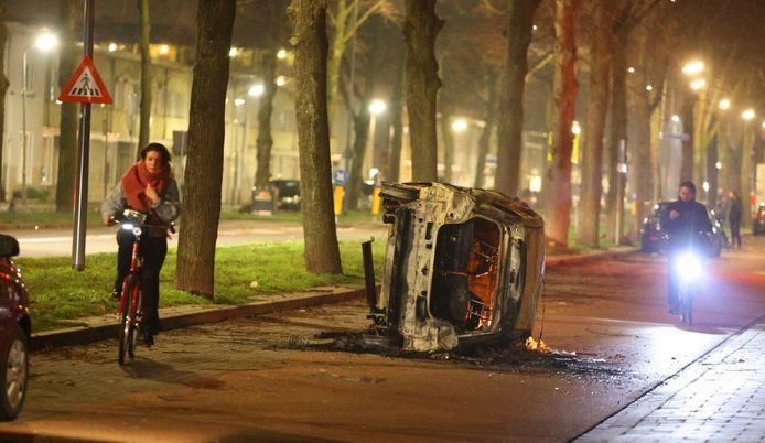 De resten van de auto, die volledig uitbrandde.