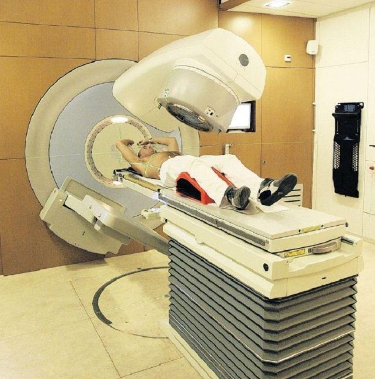 Een kankerpatiënt wordt bestraald in het Antoni van Leeuwenhoek. Beeld anp