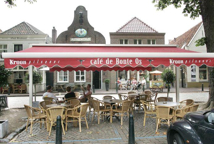 Het terras van café De Bonte Os in Oirschot. (archieffoto)