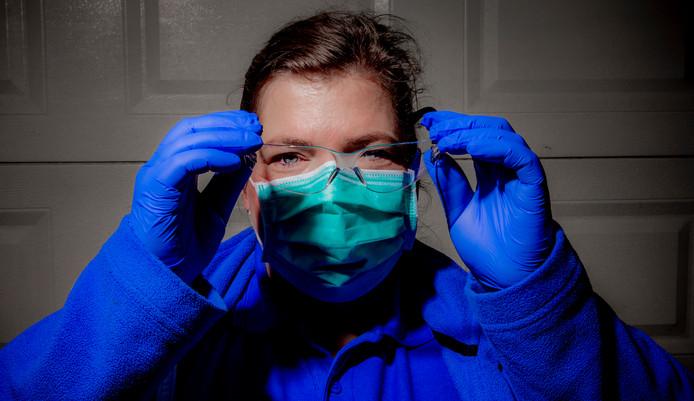 Wijkverpleegkundige Corrine Kroese moet met vuurwerkbril en hergebruikt mondkapje op pad om ouderen thuis te verzorgen.