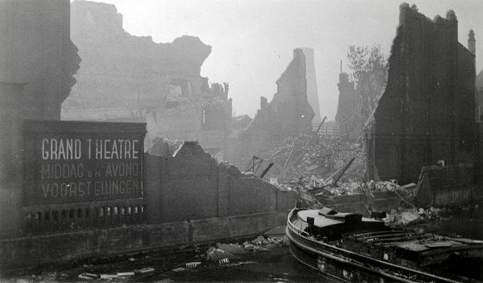 Gezicht op de door het Duitse bombardement van 14 mei 1940 getrofffen Pompenburgsingel, met de restanten van de bioscoop, het Grand Theâtre.