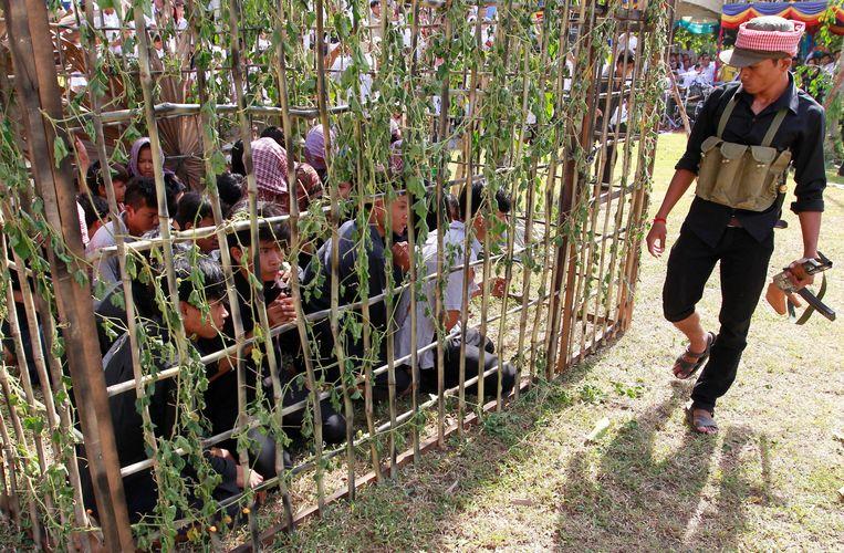 Re-enactment van de Rode Khmer-horror op de jaarlijkse herdenking in het Genocidal Center in Choeung Ek in Cambodja. Beeld EPA