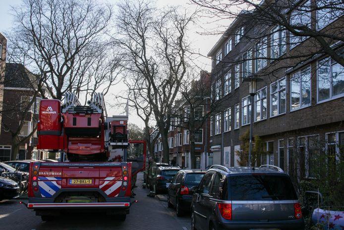 De brandweer werd gealarmeerd, maar een omstander probeerde het vuur zelf ook te blussen.