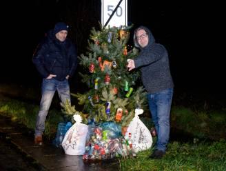"""Kerstboom vestigt aandacht op zwerfvuilprobleem in Heikantwijk: """"Gooi je afval voortaan in de vuilbak"""""""