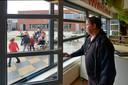 Er wordt goed geventileerd bij Basisschool De Cirkel in Uden. Op de foto conciërge Huub Coeymans die de ramen openzet. Fotograaf: Van Assendelft/Jeroen Appels
