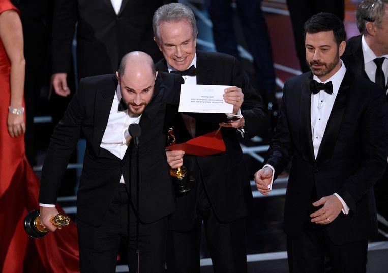 Jordan Horowitz, de producer van 'La La Land', toont de enveloppe met de echte winnaar van de Oscar voor 'Beste Film'. Beeld Chris Pizzello/Invision/AP