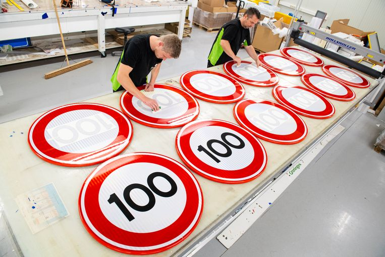 Nieuwe verkeersborden voor de teruggeschroefde maximumsnelheid. Beeld Marcel Jurian de Jong