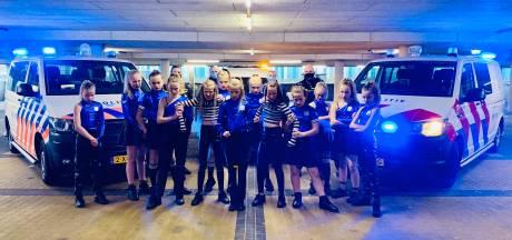 Politie doet mee aan dansvideo van meidengroep: 'Niet alleen de boeman zijn'