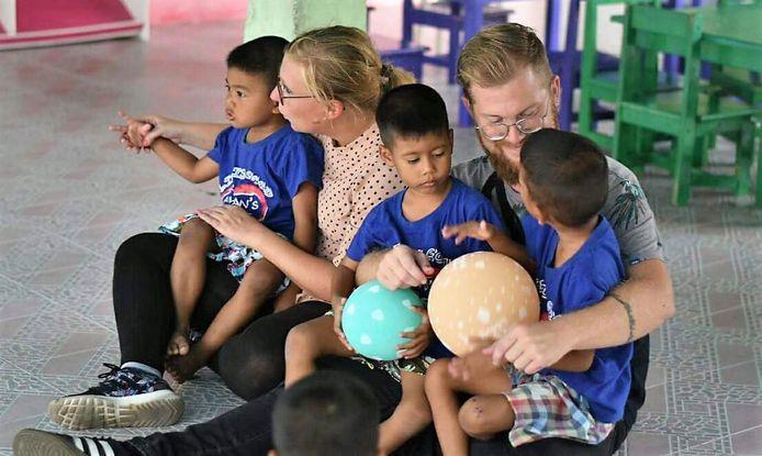 Bieke(29) en Jelle (32), met enkele weeskinderen op schoot.