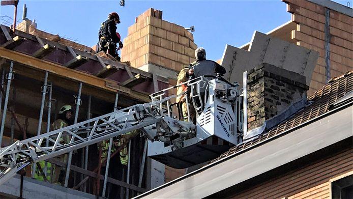 Het slachtoffer werd geëvacueerd door brandweer. De gekantelde betonplaat ziet u rechts op de foto.