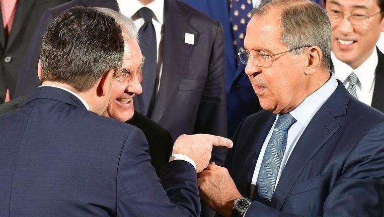 De Russische minister van Buitenlandse Zaken Lavrov in gesprek met zijn Amerikaanse collega Rex Tillerson (midden) en zijn Duitse collega Sigmar Gabriel Beeld getty