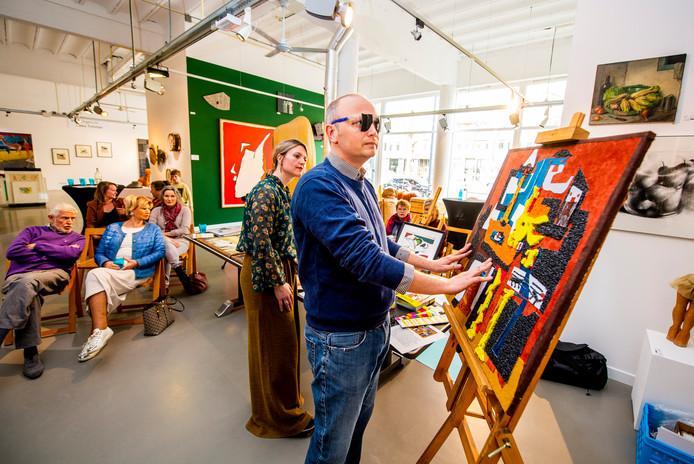 Bezoeker Sander Kooiman 'voelt' de bewerking van de bekende Picasso.