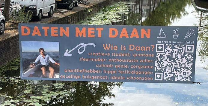 Daten met Daan-spandoek hangt boven de gracht in Delft