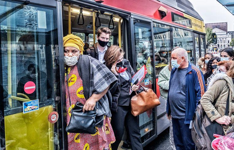 De bussen zitten vol, maar er kan altijd nog iemand bij.Als je maar een mondmasker draagt. Beeld Tim Dirven
