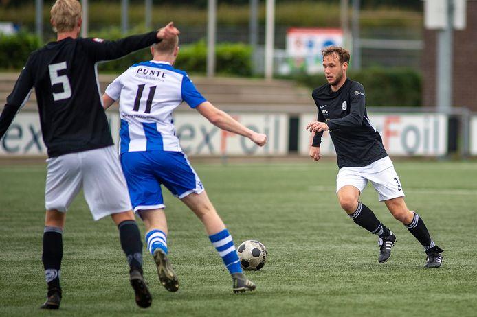 WSV, in de zwarte shirts, staat zaterdag direct weer op het veld voor een wedstrijd tegen Oene. Op de eerste dag dat het weer mag.