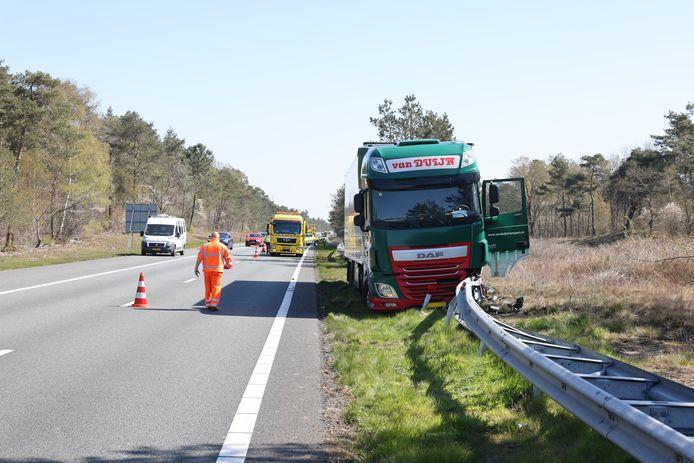 Op de A28 bij 't Harde is een vrachtwagen in de middenberm beland.