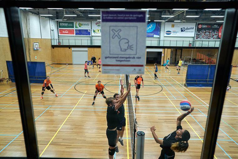 Volleybaltraining in Den Haag. Indoorsporten hebben het moeilijk zich aan de coronaregels te houden. Beeld Phil Nijhuis
