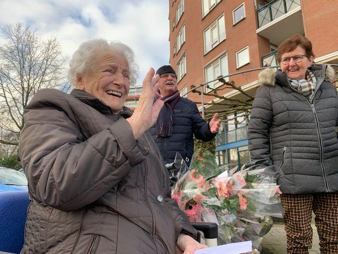De 94-jarige Dit van Dijk zwaait naar haar klein- en achterkleinkinderen in de autostoet.