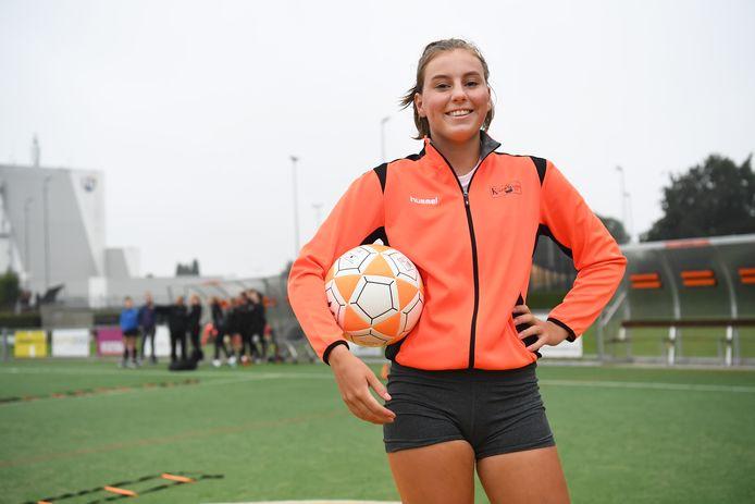 Korfrakkers-speelster Maud Kornuyt tijdens de training op het sportpark in Erp.