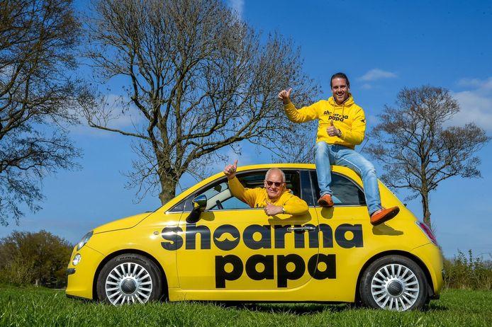 Robert Jan Steenhagen en zijn vader Gert-Jan met een van de opvallende bezorgauto's van Shoarma Papa.