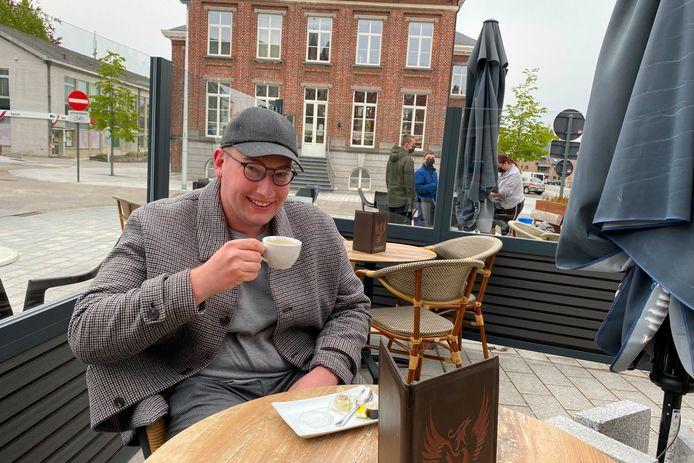 Arne Vermeire genoot zaterdagochtend om 8 uur al van een koffie op het terras van café Eekhoorn in Lede.