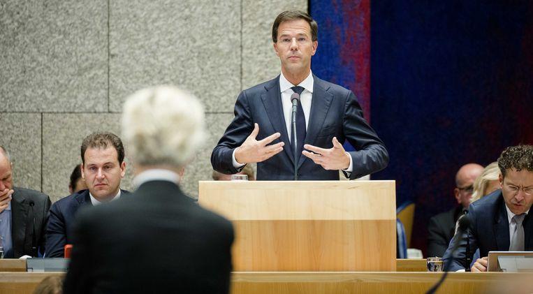 ► Mark Rutte in debat met Geert Wilders in het parlement. 'De premier gooit nu zijn hengeltje uit in diens vijver.' Beeld ANP