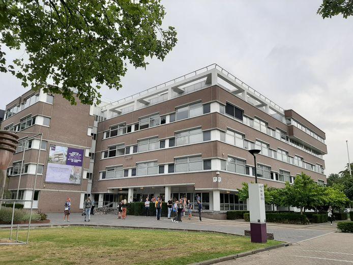 Het restant van gebouw R1 van Fontys op campus Rachelsmolen in Eindhoven wordt binnenkort ook gesloopt om plaats te maken voor nieuwbouw.