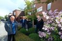 Nico Schreven (rechts), Alfred Sommers (midden) en Jos Gerritzen van buurtvereniging De Overlaat die zich hebben ingezet voor de realisatie van een openbare aed in hun wijk.