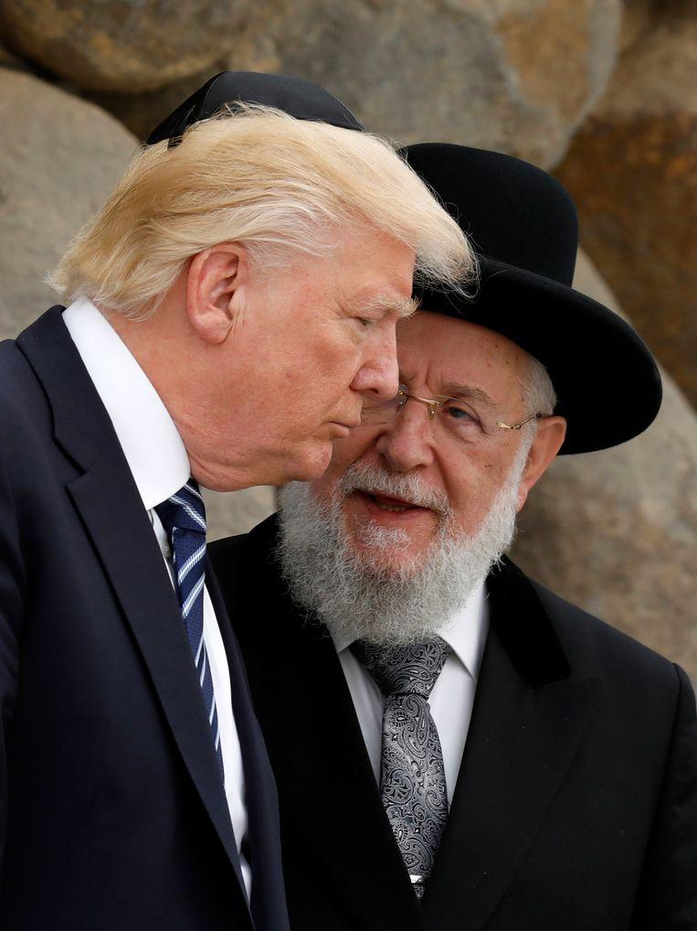 Donald Trump met rabbi Yisrael Meir Lau tijdens zijn bezoek aan het Holocaust Memorial Museum in Jerusalem. Robin te Slaa: