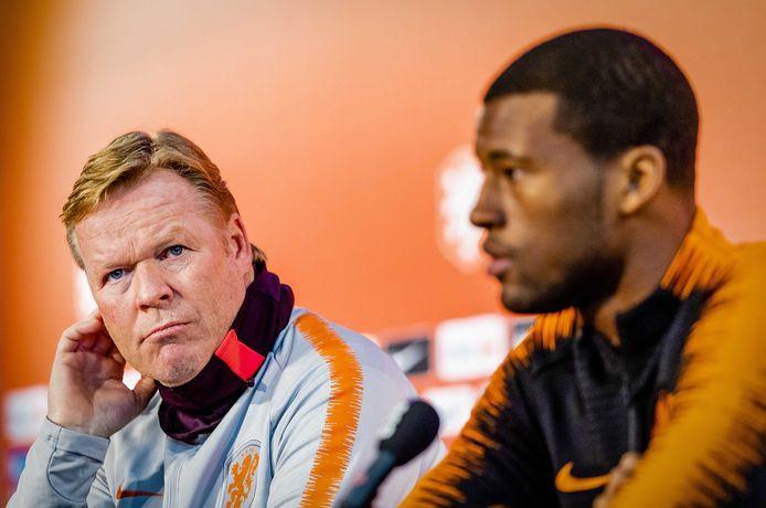 Ronald Koeman als bondscoach naast Georginio Wijnaldum tijdens een persconferentie.