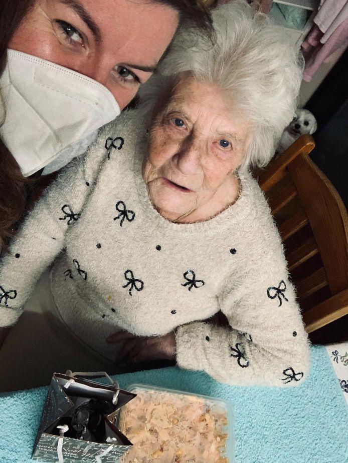 Thuisverzorgende Ellen uit Heldergem met één van haar patiënten voor wie ze een feestmaal kookte.