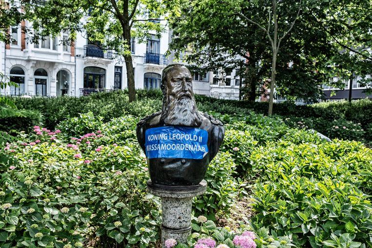 Activist Piet Wittevrongel voorzag deze Leopold II-buste van een aangepast opschrift. Beeld Tim Dirven