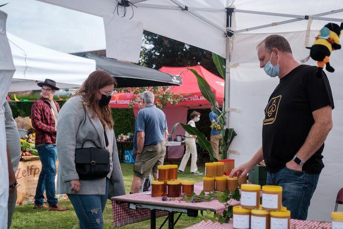 Bezoekers komen kennismaken met het lekkers dat Malle te bieden heeft op de korteketenmarkt ProefMalle.
