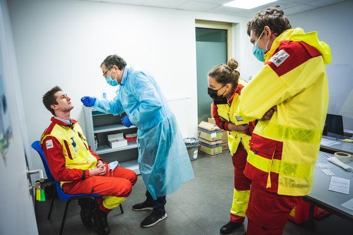 Vrijwilligers van het Rode Kruis Gent worden in het testcentrum van Jan Palfijn klaargestoomd om corona-sneltests te kunnen afnemen