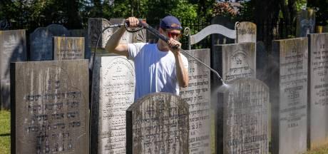 Vrijwilligers werken op Joodse begraafplaats IJsselmuiden