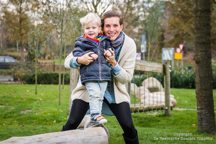 Lekker ravotten met haar jongste zoon Dex levert Wendy Grouve al zo'n heerlijk geluksmomentje op.