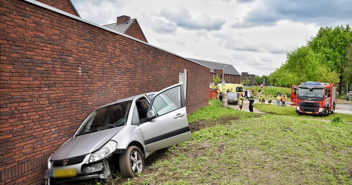 Auto botst op gebouw na aanrijding in Goirle, bestuurder gewond.