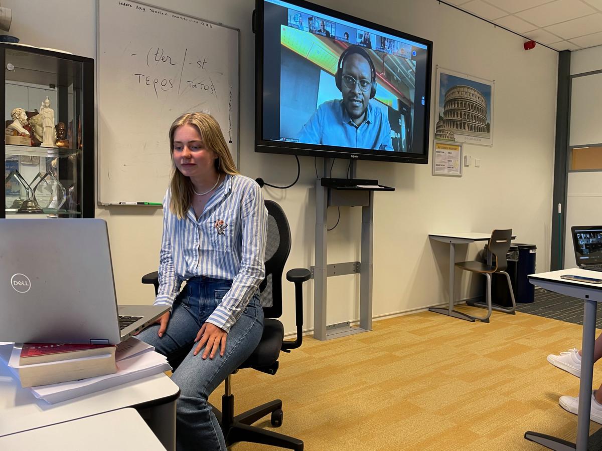 Rosalie Boutens (15) uit Waalwijk stelt zich tijdens een pitch van één minuut voor aan de leerlingen en docenten in Brazilië.