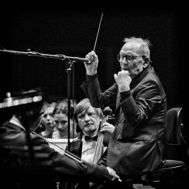 De dit jaar overleden Italiaanse filmcomponist Ennio Morricone live aan het werk in 2015.  Beeld Photo News