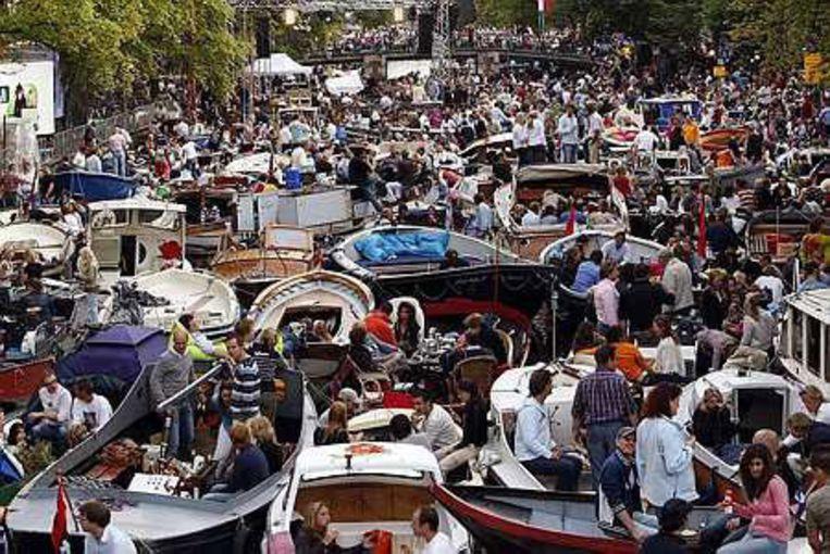 Op het water neemt de parkeerdruk langs de randen van het centrum toe. Zo extreem druk als tijdens het Prinsengrachtconcert (foto) is het doorgaans gelukkig niet. Foto ANP/Marcel Antonisse Beeld