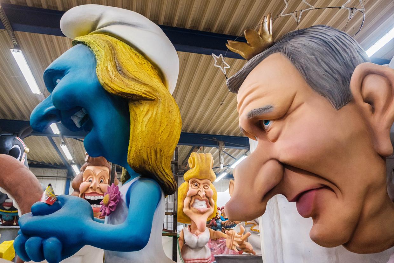 Aalst Carnaval gaat er prat op met alles en iedereen te lachen. Ook Open Vld-voorzitster Gwendolyn Rutten (l.) zal het dit jaar moeten ontgelden. Beeld Wouter Van Vooren