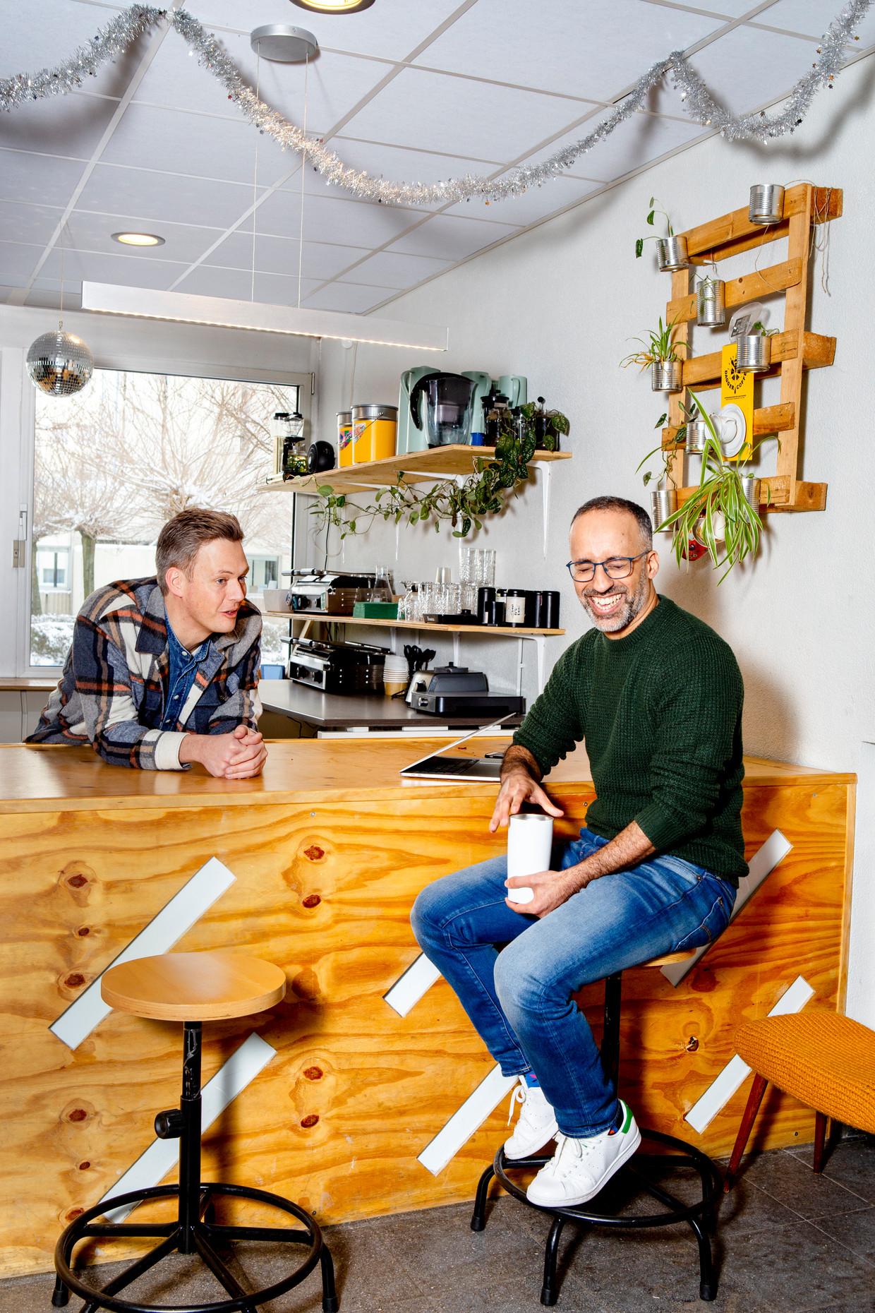 Martijn de Kuijper (links) en Mohamed el Maslouhi, op het kantoor van Revue in Utrecht. Beeld Pauline Niks