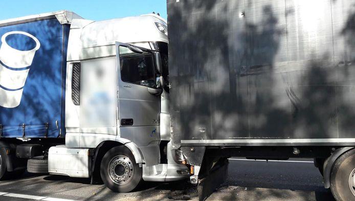 Een ongeluk tussen twee vrachtwagens op de A12 zorgde voor lange files.